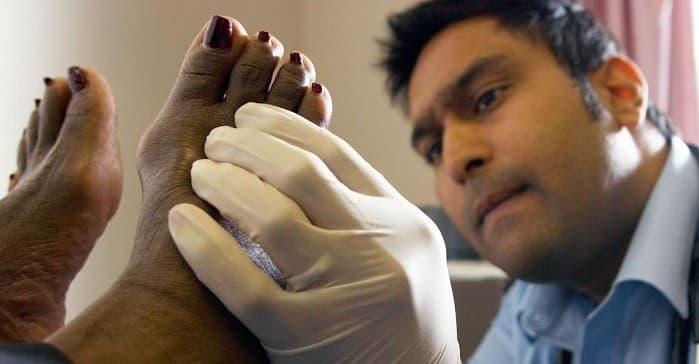 عارضه انگشت چکشی از علل پا درد در سالمندان