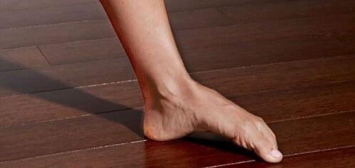 تمرین قوس دادن کف پا برای تسکین درد پاشنه
