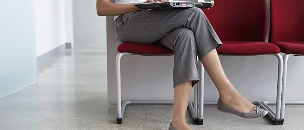 نشستن با پاهای روی هم انداخته از عادت های بد نشستن